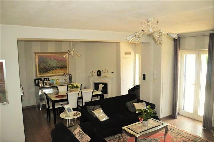 Vendesi appartamento ristrutturato in stile. Terrazza e giardino.