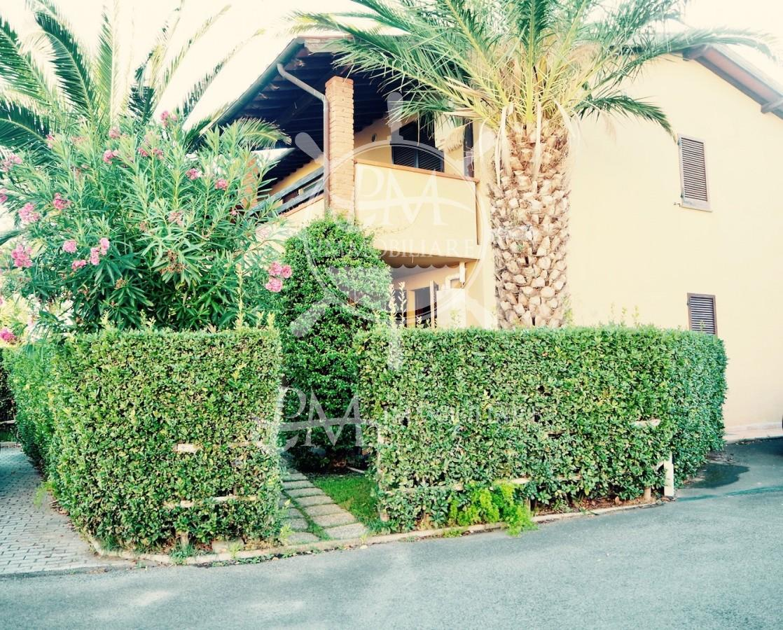 Vendesi appartamento ingresso indipendente con giardino.