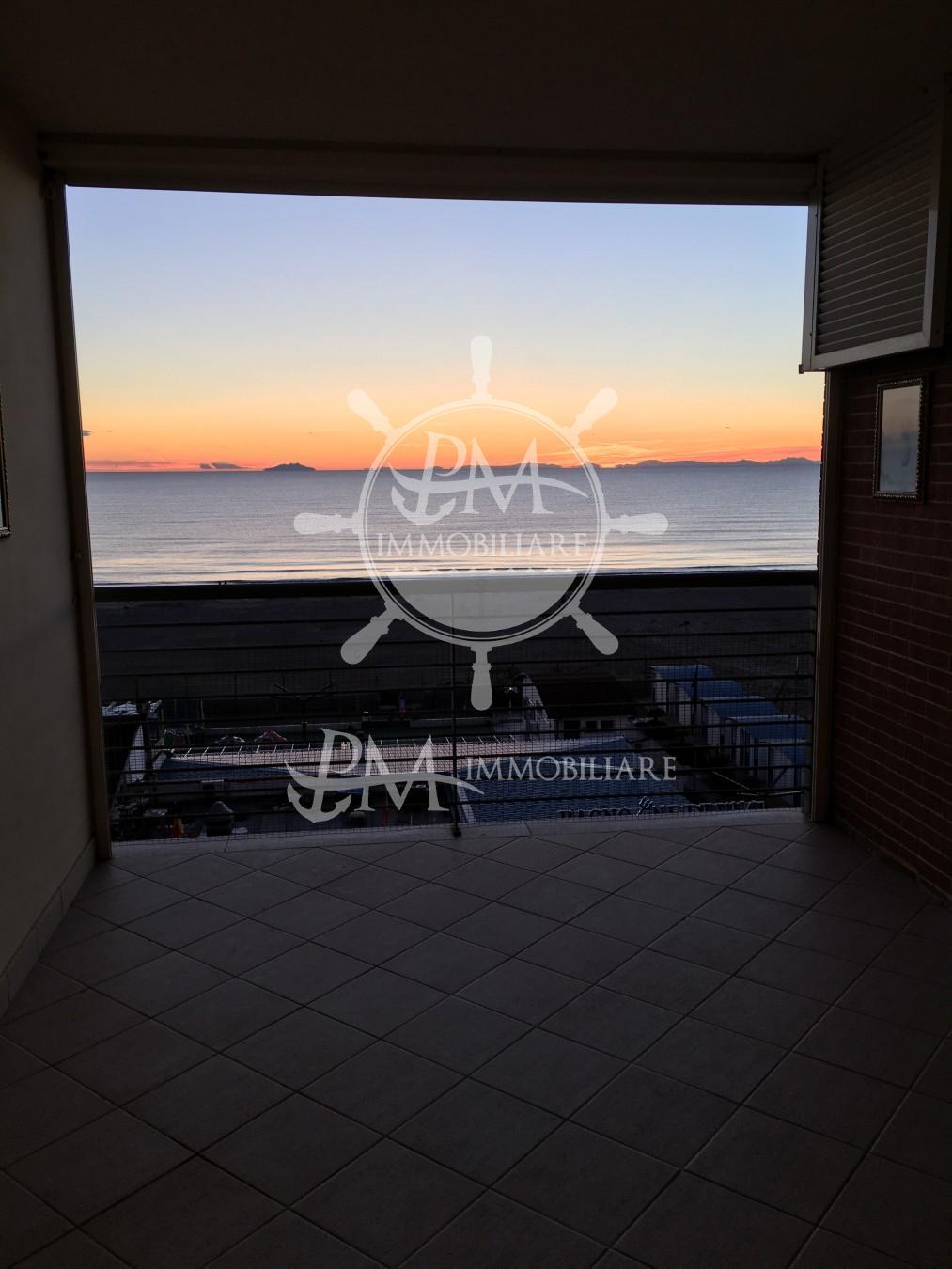 Vendesi appartamento fronte mare bellissima vista mare.