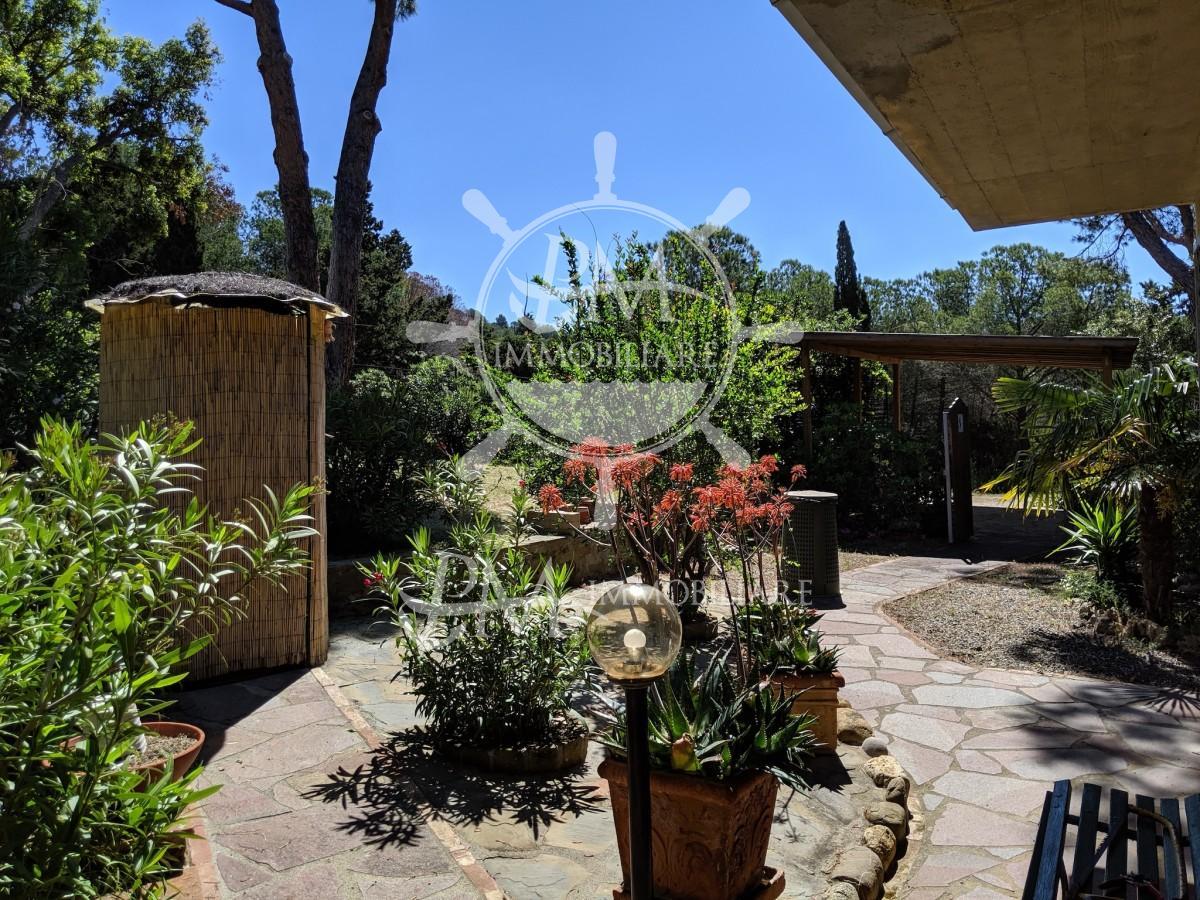 Porzione di villa bifamiliare con terrazza e giardino.